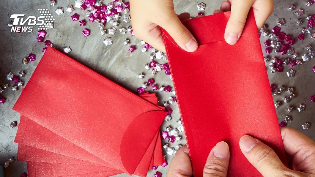 許多民眾都期望在農曆新年期間可以收到1個大紅包。(示意圖/TVBS) 愛妻送紅包!他買燒仙草孝敬岳父母 一掏見4張「伍佰」