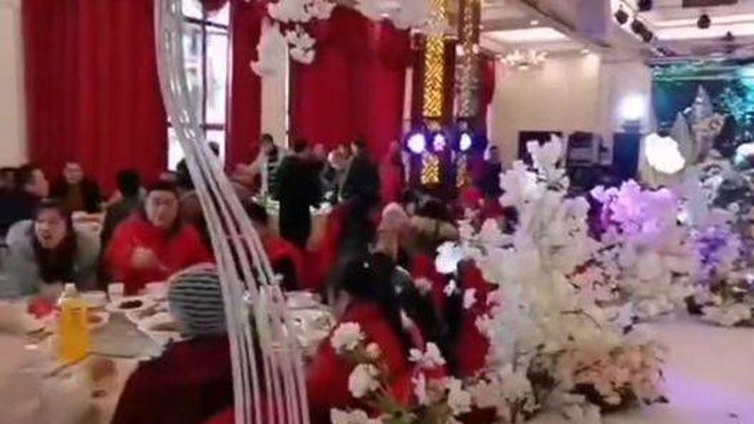 武漢肺炎在大陸各省肆虐,但四川仍有對新人執意要舉辦婚宴。(圖/翻攝自陸網) 新人執意辦婚宴 高官急勸「放下筷子解散」賓客拍手叫好