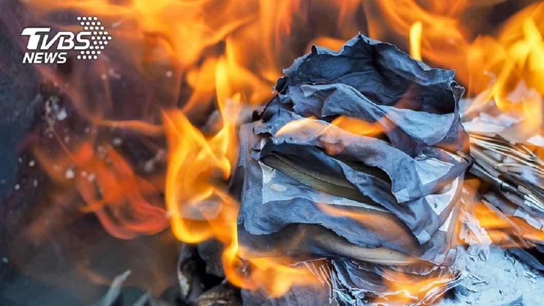 農曆春節過完後開工拜拜,許多公司行號都會燒金紙。(示意圖/TVBS) 悲劇!開市拜拜燒金紙 他手殘把「新台幣」丟去燒