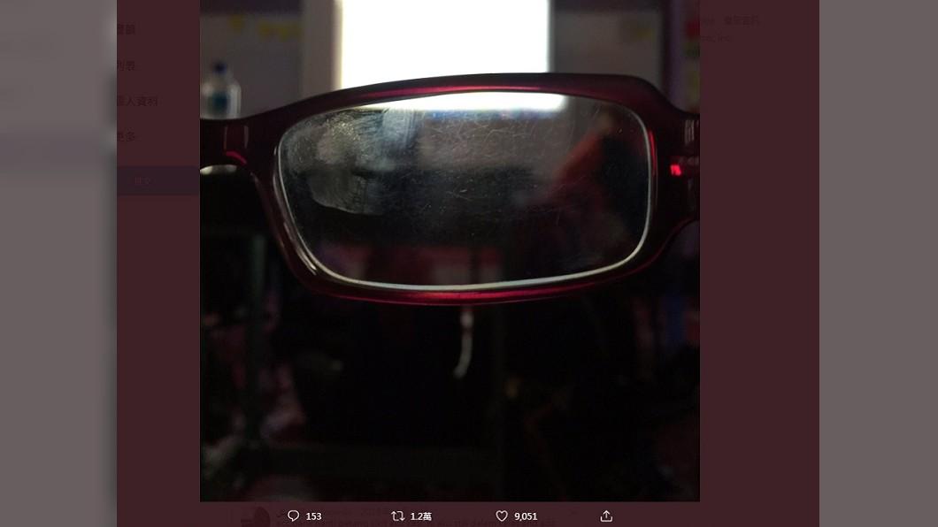 舊眼鏡都是刮痕,讓諾法查無法看清楚 (圖/翻攝自推特@ekaldowski) 看不清考題!他募資幫清寒同學換新眼鏡