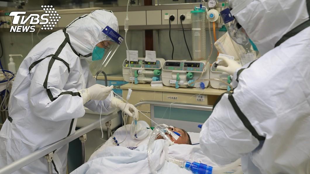 身穿防護服的醫護人員在武漢醫院治療患肺炎的病人。(圖/達志影像路透社) 武漢肺炎救命藥有了? 美患者注射稱無副作用