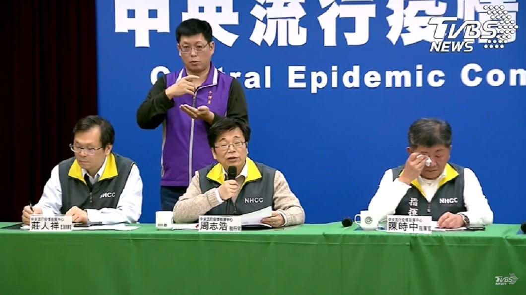 陳時中宣布台灣新增第11例武漢肺炎確診病例,會中一度落淚拿出衛生紙擦拭。(圖/TVBS) 確認過眼神!21萬網友打氣陳時中看到了