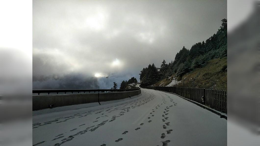 圖/3158 cafe提供 合歡山降雪夾冰霰積5公分厚 部分路段限掛雪鍊