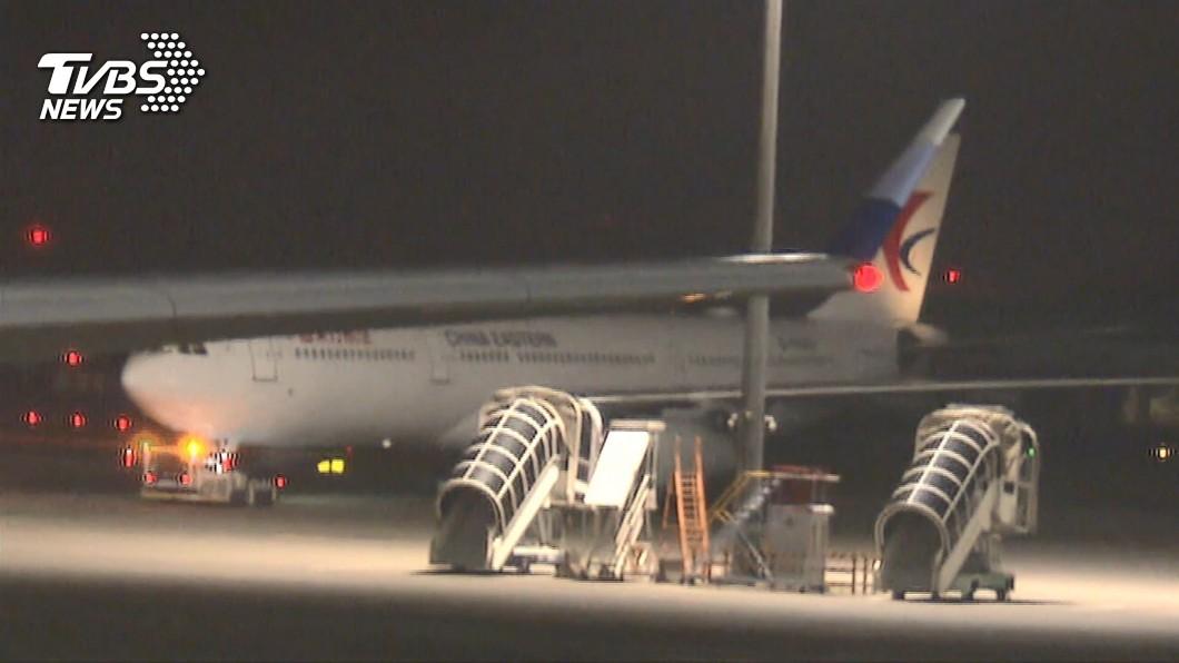 3日晚間,首批在武漢的台商搭機返抵台灣。(圖/TVBS) 武漢包機混入非台籍數十人 館長怒:有錢有權就可上飛機