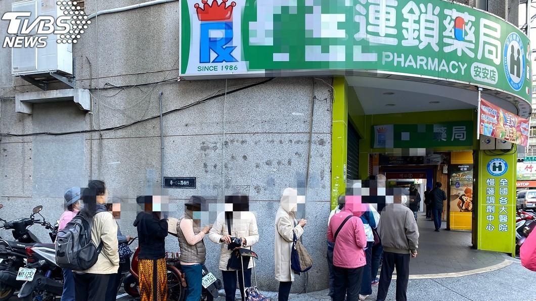 口罩實名制實施首日又出現民眾排隊的景況。(圖/TVBS) 口罩、酒精→下一個搶啥?網曝1神物:賣場已經有人搬