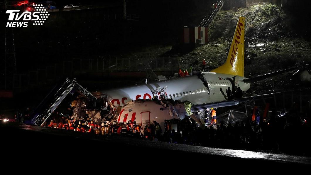 圖/達志影像路透社 土耳其客機降落時衝出跑道斷3截 至少1死157傷