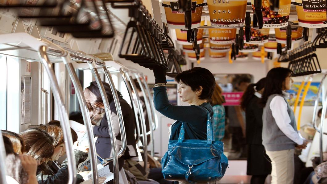 圖/達志影像路透 「博愛」在心口難開 日本讓座吊飾.APP搶手