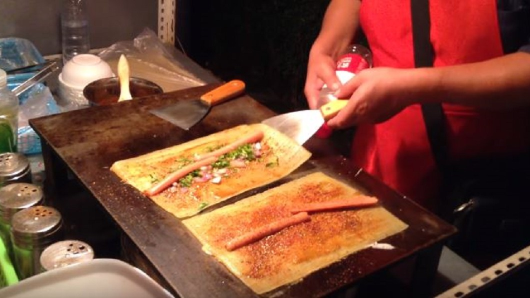 圖/翻攝自 Rolyat-UW Youtube 烤冷麵、湯包、大餅、肉串! 道地東北美食在首爾