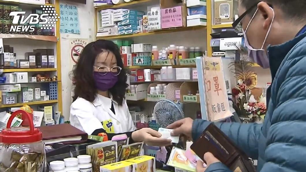 政府日前宣布口罩實名制,購買須出示健保卡。(示意圖,與該事件無關/TVBS資料照) 口罩之亂「健保卡遭鎖」 他曝新詐騙手法!網:有接過