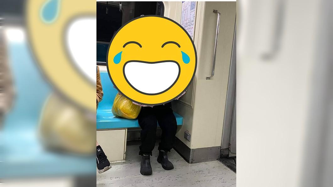 圖/翻攝自PTT 捷運驚見日本妖怪?網傻眼:買不到口罩的新招