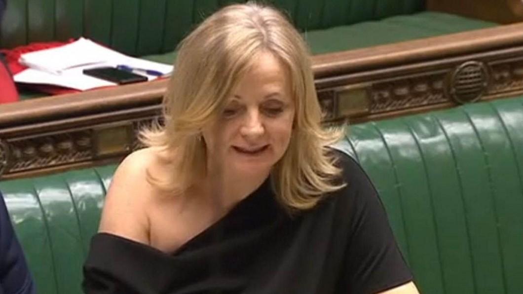 圖/翻攝自Peter Lloyd twitter 穿露肩洋裝問政 英國會女議員遭不雅字眼辱罵