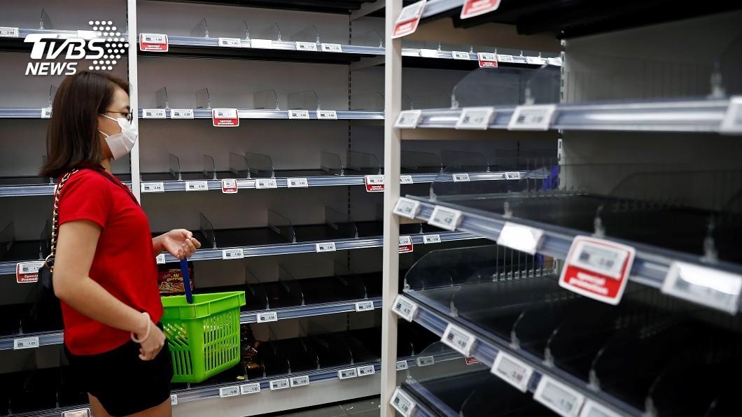 圖/路透社 新加坡提高武漢肺炎警戒 民眾恐慌現搶購潮