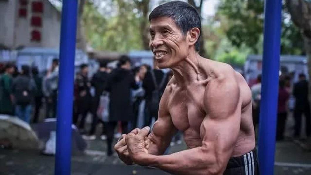 湖北1名72歲的健身阿公邱鈞,在大陸十分出名。(圖/翻攝自騰訊網) 17年沒生病 72歲健身阿公罹武漢肺炎4天後喪命