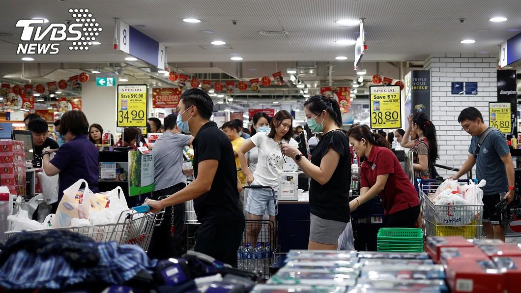 新加坡目前確診個案數居全球第二,引發民眾恐慌搶購民生物資。(圖/達志影像路透社) 星國搶購潮連「套套」也缺貨 史丹利傻眼:拿來按電梯?