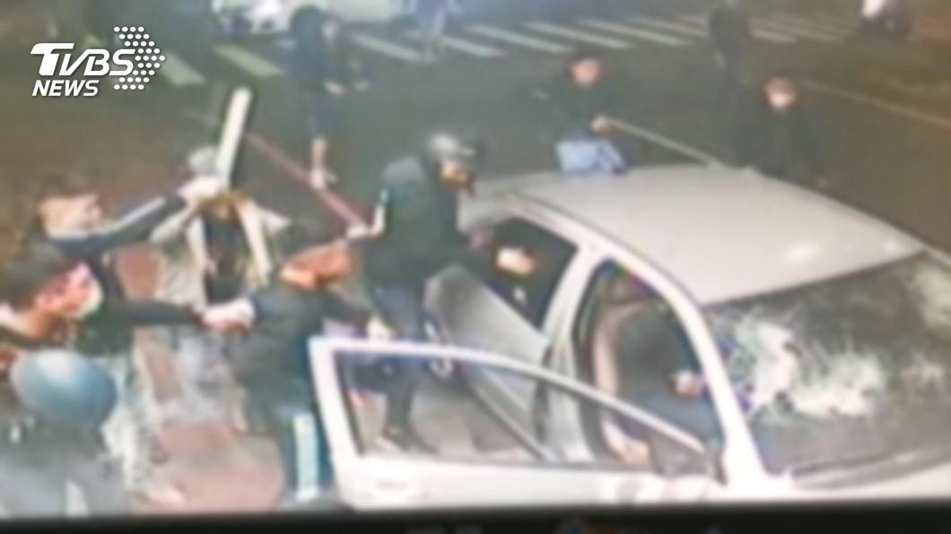 圖/TVBS 狹路相逢!惡煞當街砸車 玻璃全被砸碎