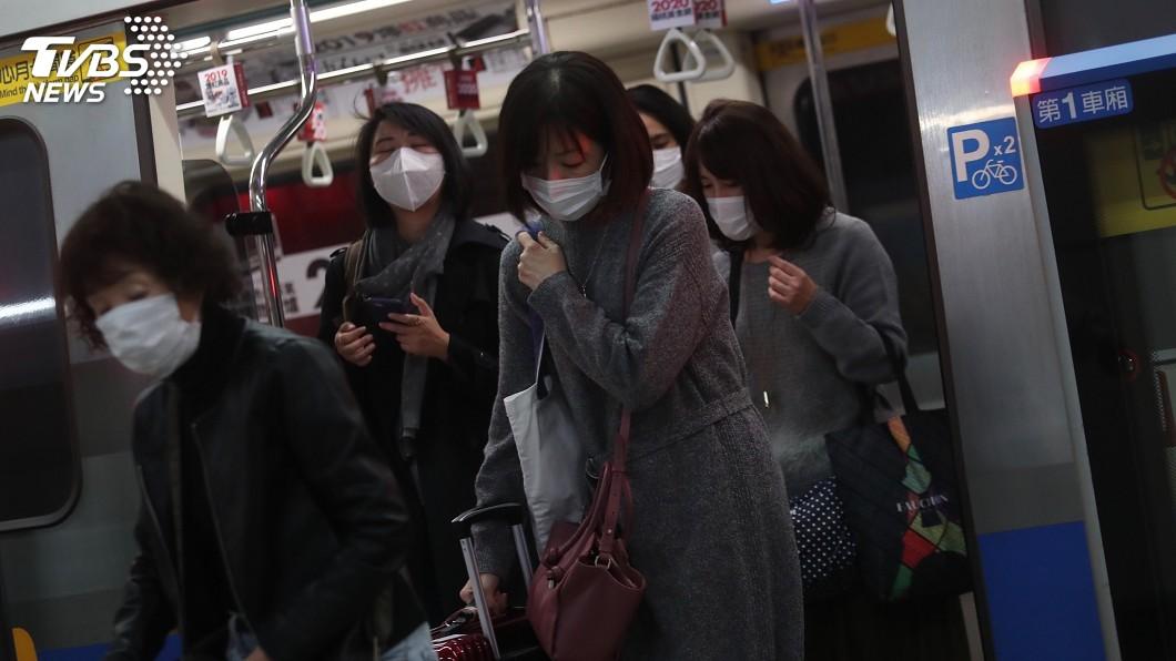 圖/中央社 通勤搭捷運難保持社交距離 陳時中:口罩就戴起來吧