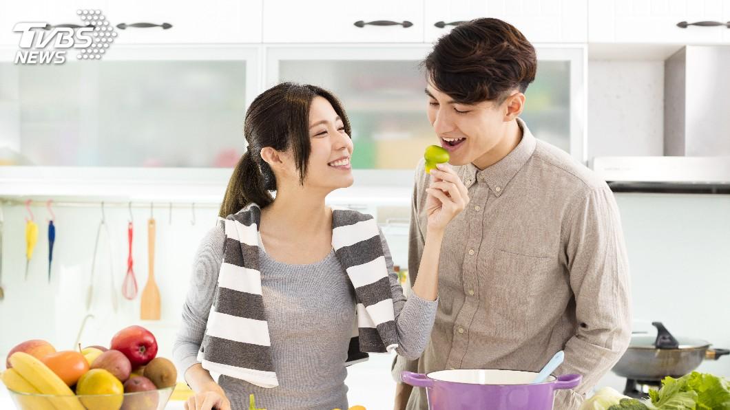 情侶交往時的甜蜜氛圍,讓不少單身者看了超羨慕。(示意圖/TVBS) 情侶留下「愛情傘」 12年後女主角現身曝現況