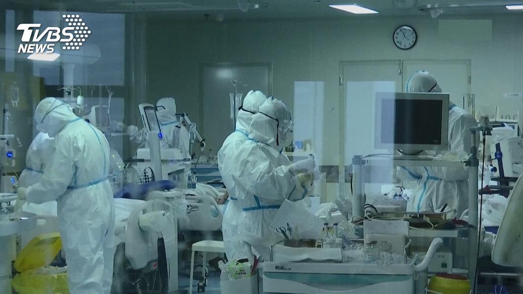 新冠肺炎肆虐,醫護人員都在第一線忙著防疫,每天忙到累翻了。(示意圖/TVBS) 女醫師抗疫冒雨走路上夜班憂傳染家人 尪開車燈暖心護送