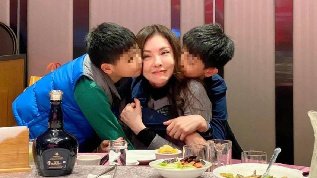 何如芸淚訴「2個小孩是我的命換來的」。(圖/翻攝自何如芸臉書) 「孩子是我命換來的!」何如芸痛哭嗆尪:握關鍵證據