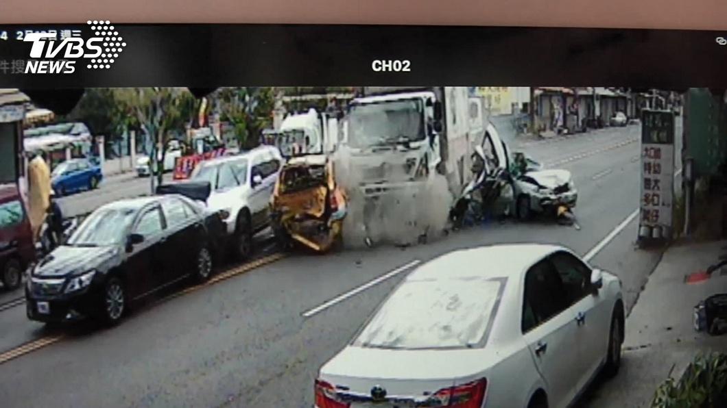 圖/TVBS 「被擠爆」大貨車連環撞4車 轎車遭夾擠毀