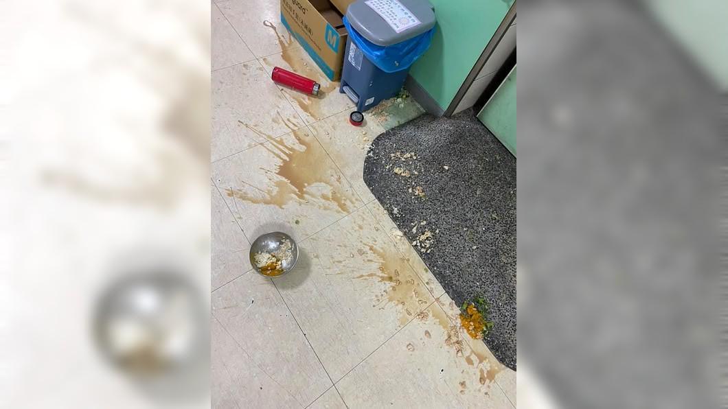病人為了吃泡麵照三餐摔飯菜。(圖/翻攝自臉書社團「爆怨公社」) 病人想吃泡麵照三餐摔飯菜 護理師氣炸:哄巨嬰?