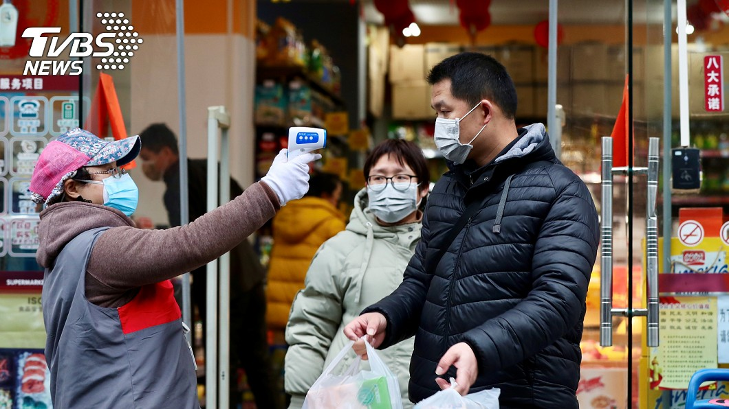 武漢肺炎疫情肆虐全球,大陸有超市量體溫防疫。(示意圖,與事件無關。圖/達志影像路透社) 扯!喝超市飲料一口秒放回 男揚言散布武漢肺炎病毒