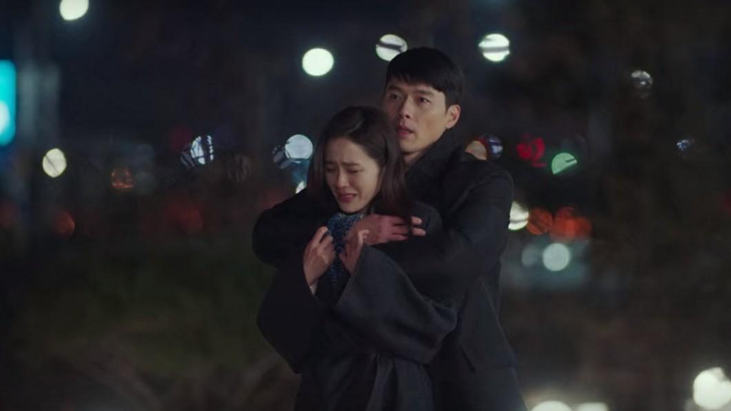 由玄彬和孫藝珍出演的韓劇《愛的迫降》講述一段跨越南北韓38度線的禁忌之戀。(圖/Netflix提供) 《愛的迫降》結局曝光?「世理爸抱娃」原PO還原真相