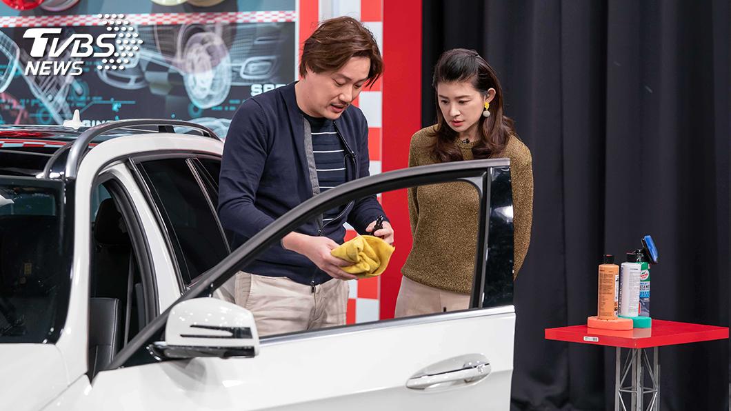 TVBS《地球黃金線》企劃汽車消毒主題,告訴民眾如何正確清潔車輛。右為主持人蘇宗怡,左為來賓錢毅。圖/TVBS 汽車這三處其實細菌最多! 洗完車別忘做這件事