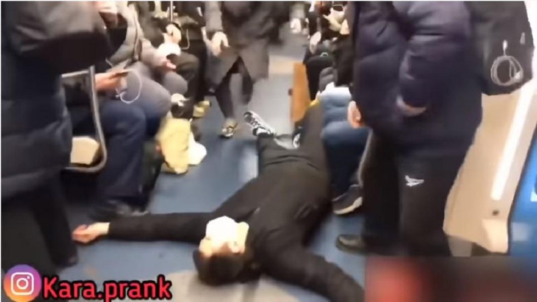 莫斯科地鐵車廂內,日前發生男子暈倒在地的事件。(圖/翻攝自YouTube) 網紅惡作劇裝病…大喊「冠狀病毒」倒地 車廂乘客全嚇跑