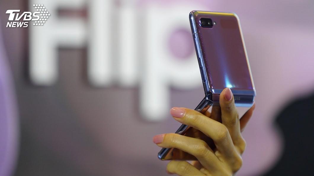 三星摺疊手機Galaxy Z Flip。(圖/中央社資料照) 三星攻5G市場 摺疊機Galaxy Z Flip入列