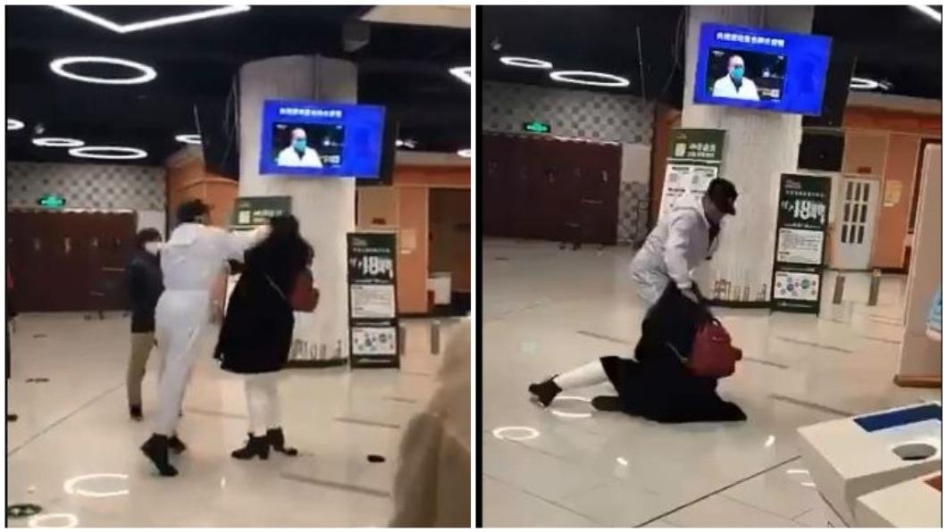 武漢1名女子到超市購物拒絕被量體溫,工作人員竟氣到狂毆對方。(圖/翻攝自推特) 逛超市被要求檢查身體 女拒絕遭工作人員狂毆扯髮打趴
