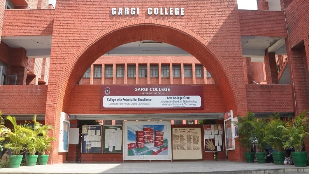 印度加爾基女子大學日前發生有上千名男子翻牆闖入校園,對當時參加學校結業式的女大生集體性侵。(圖/翻攝自加爾基女子大學官網) 上千男翻牆闖校園…女大生集體被侵犯 警在場竟冷眼旁觀