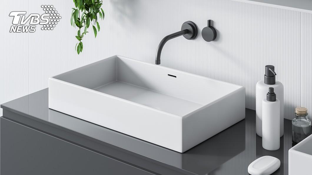 如果沒有定期清理洗手台排水孔,很容易會遇上水管堵塞的情況。(示意圖/TVBS) 排水管被異物堵塞怎清理? 網激推神奇小物:很好用