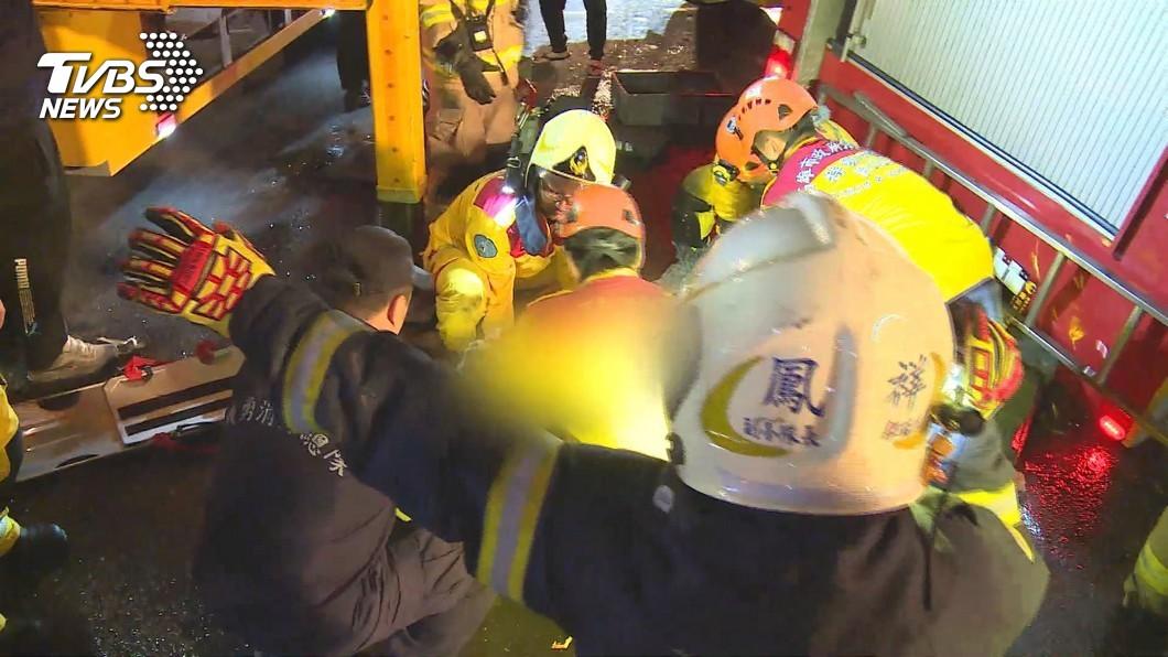 高市消防局鳳祥分隊這輛水箱車13日出勤時發生重大車禍,造成5名消防員1死4重傷。(圖/TVBS資料畫面) 消防父重傷昏迷13天 兒喊「帶手機叫醒他」惹人鼻酸