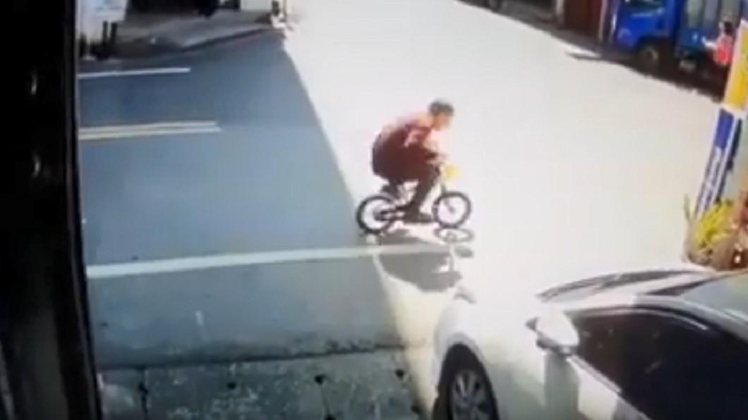 偷騎走童車…竊賊7秒落跑畫面曝 萬人笑瘋:整人節目?