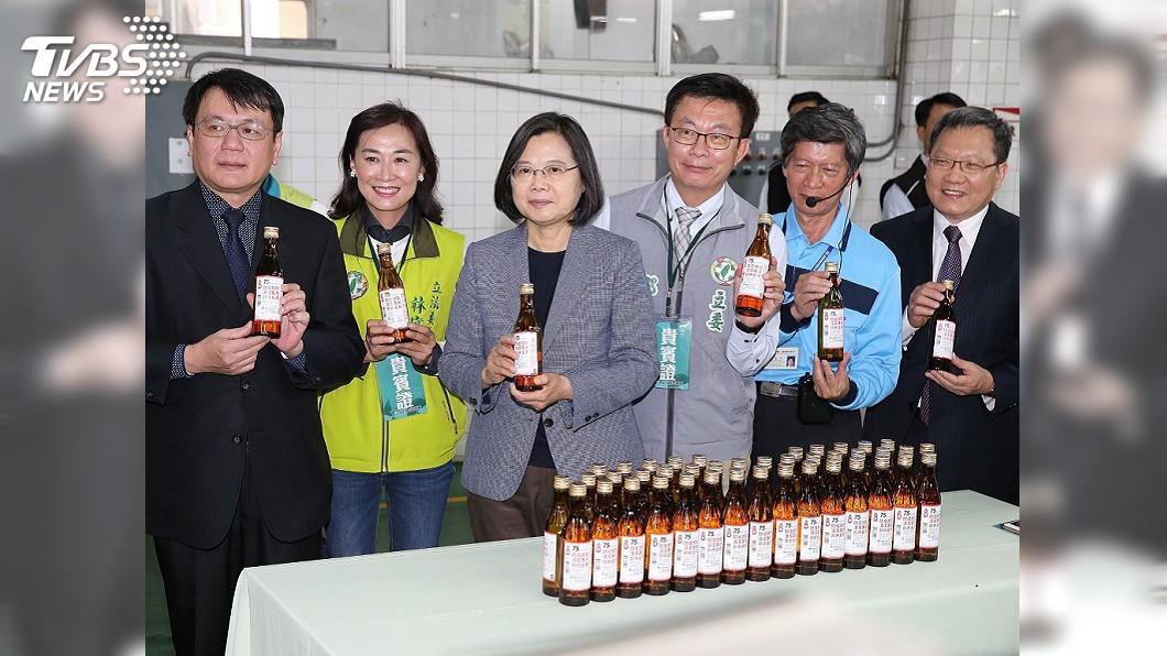 圖/中央社 視察防疫酒精產製 總統:寧多一分準備不僥倖