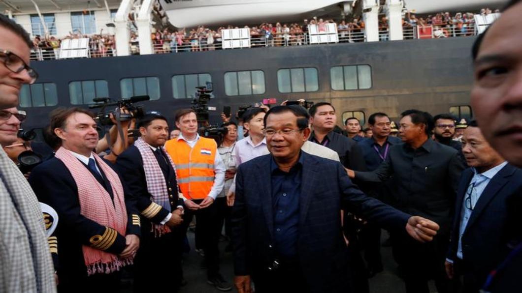 柬總理洪森 親接人球送玫瑰!疫情政治學