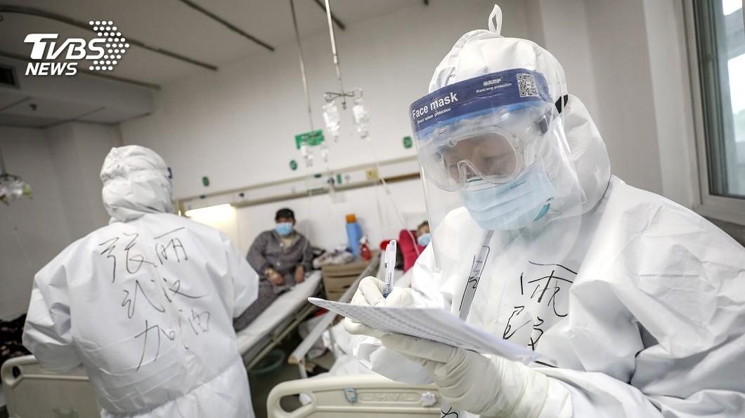 圖/路透社 護士拿塑膠袋當防護衣 陸1716位醫護也染病