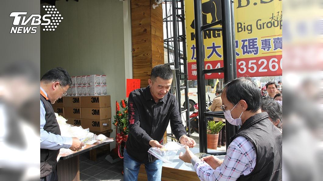 彰化牛肉爐業者贈送N95口罩。(圖/中央社) 神明指示贈口罩 牛肉爐業者送民眾2千片N95