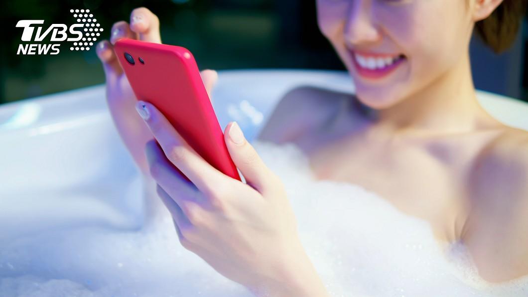 示意圖,與本文無關。(圖/TVBS) 邊充電手機邊洗澡 少女手一滑…下場超慘烈