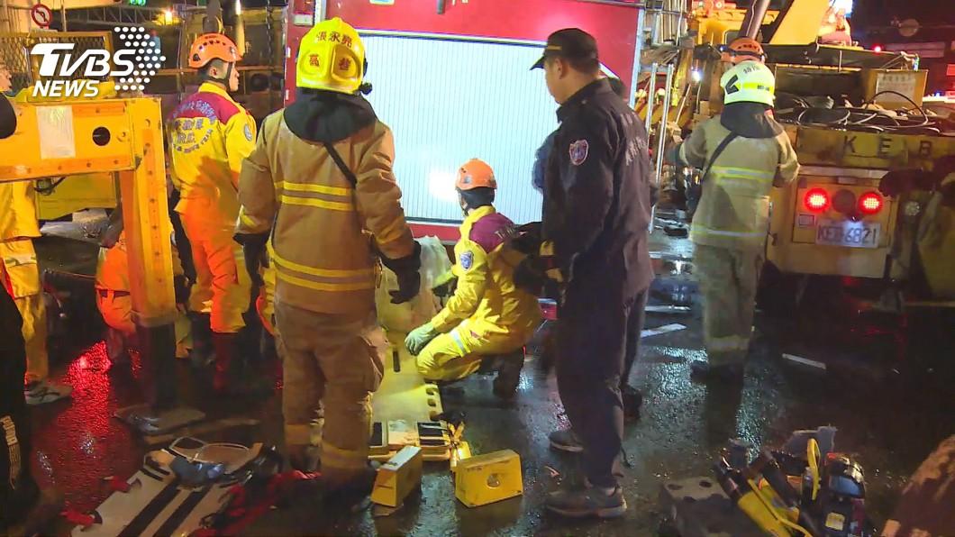 13日晚間高雄市消防局鳳翔分隊出勤時,消防水箱車遭聯結車撞上導致翻覆,造成1死4傷的悲劇。(圖/TVBS) 連擲48次都無筊 長官喊「任務結束」殉職小隊長才允筊