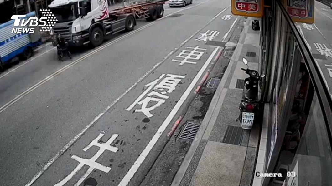 圖/TVBS 看嘸!貨櫃車視線死角 婦過馬路險輾斃