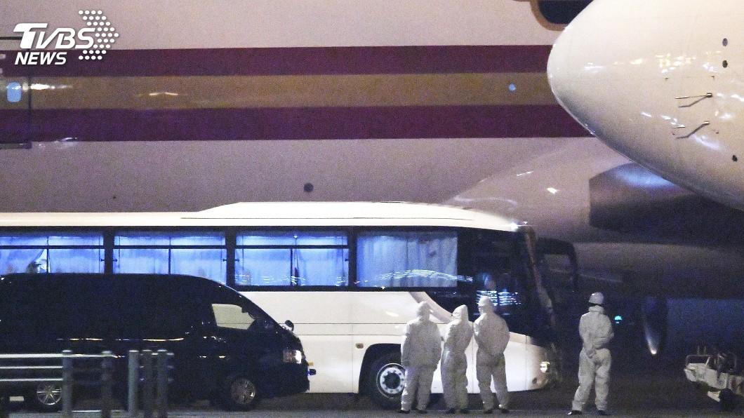 圖/達志影像美聯社 日本第5架次包機接回65人 2人搭救護車送醫