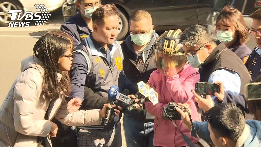 新北市30歲吳姓單親低收媽媽赴警局偵訊。(圖/TVBS) 疑勒斃兒女涉殺人罪! 單親媽警局訴:活得太累