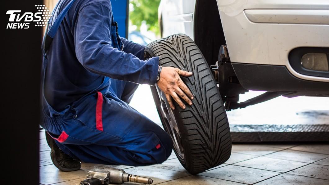 有民眾抱怨社區出現「輪胎刺客」。(示意圖/Shutterstock達志影像) 刺客出沒!猛戳鄰居輪胎狂洩氣 他逃出社區秒遭報應