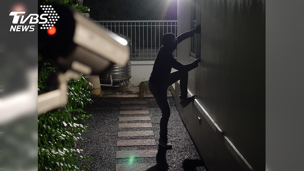 男子受不了疫情期間不能碰面,半夜偷偷潛入女友租屋處 (示意圖/TVBS) 太想女友!男半夜翻牆進她家 整棟住戶遭隔離
