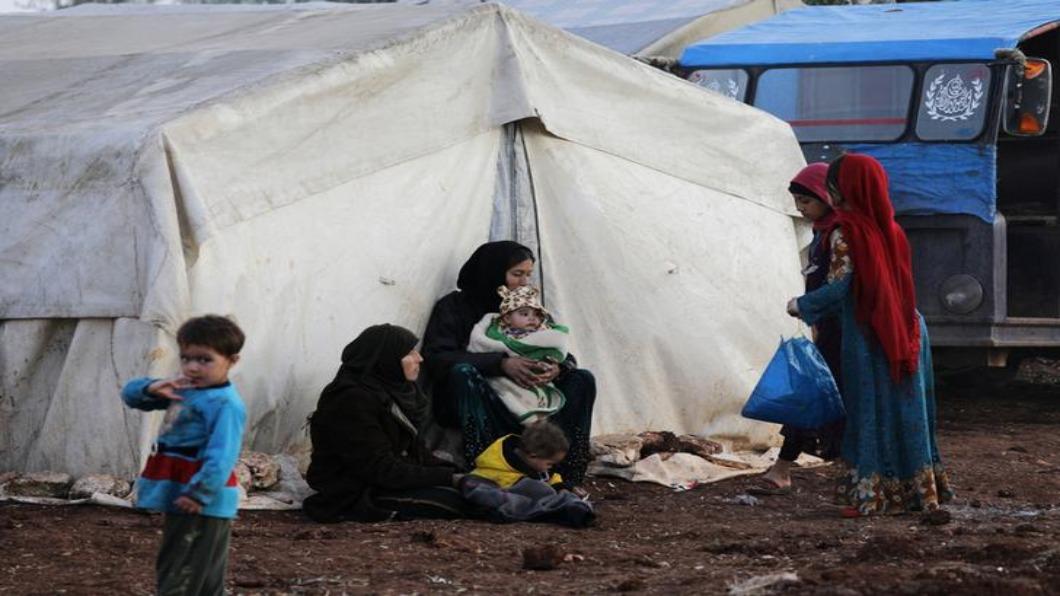 圖/達志影像路透 聽炸彈聲要笑!敘難民父女遊戲影片.惹哭全球網友