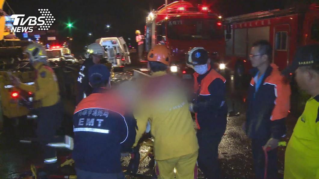 高雄市消防局鳳翔分隊日前發生出勤時遭撞翻事件,造成1死4傷的悲劇。(圖/TVBS) 消防員被撞昏迷第8天 5歲子被同學說:你爸得新冠肺炎