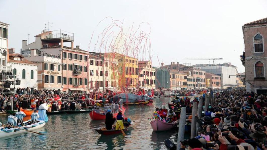 圖/達志影像路透 水患.新冠連擊!威尼斯狂歡節遊客大跌四成