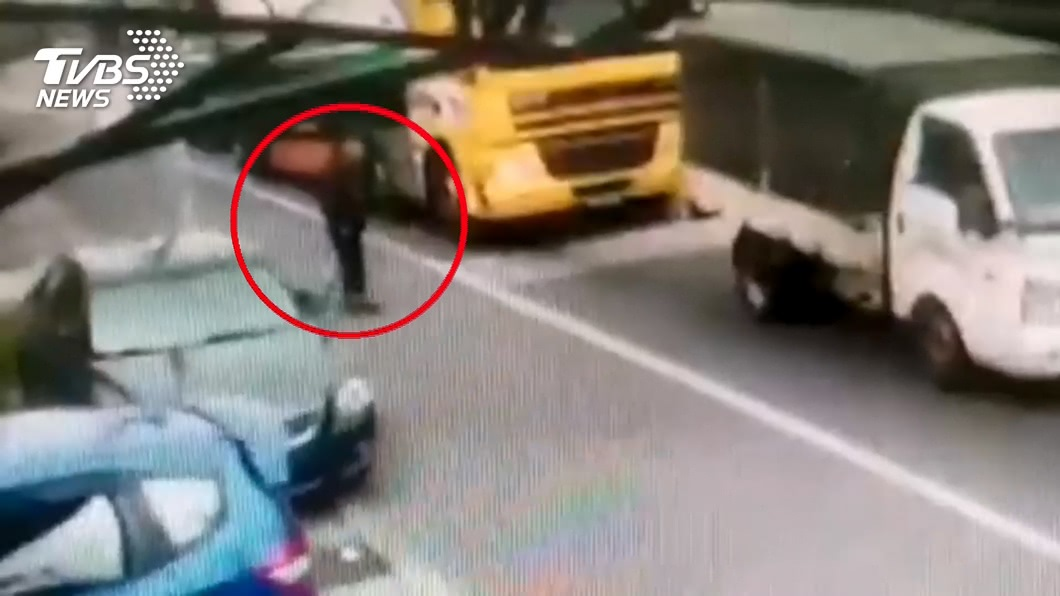 圖/TVBS 危險!9旬翁穿越馬路 遭油罐車撞倒輾斃